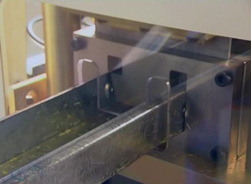 轻钢龙骨设备在生产轻钢龙骨别墅骨架